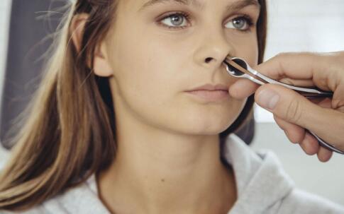 外伤为鼻中隔偏曲的重要原因 所以要以和为贵哦