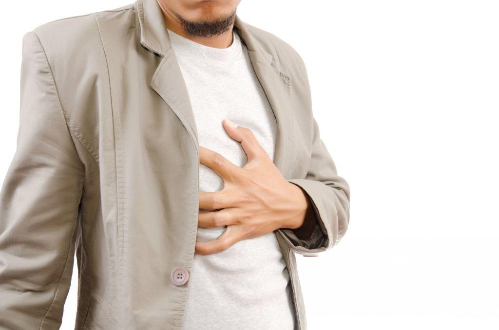 左胸偶尔针刺阵痛怎么回事 胸部难受烧心怎么回事