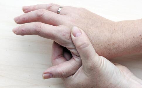 风湿性关节炎的症状 风湿性关节炎咋治